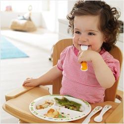 Nauka jedzenia sztućcami